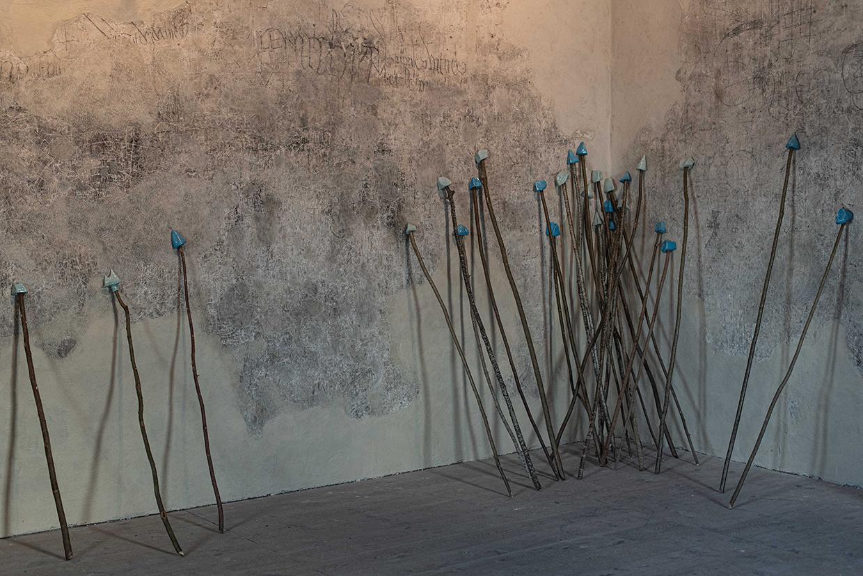 Les bâtons, céramiques émaillées sur bâtons de bois, bleu céleste et bleu glacier, tour sud de la Cathédrale de Saint-Flour