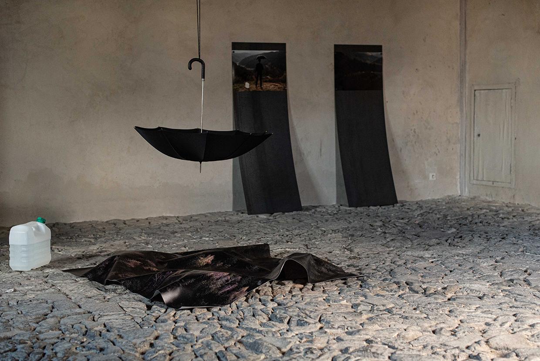 En attendant la pluie, photographie sur bâche, parapluie artisanal suspendu, photographies sur plaques de fer, Cathédrale de Saint-Flour