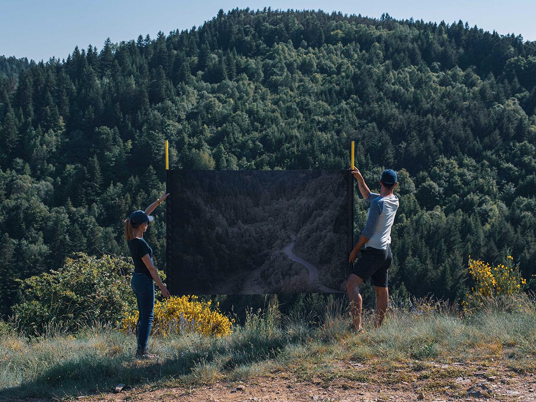 L'image et son paysage, image-action, photographie sur bâche, 2 regardeurs