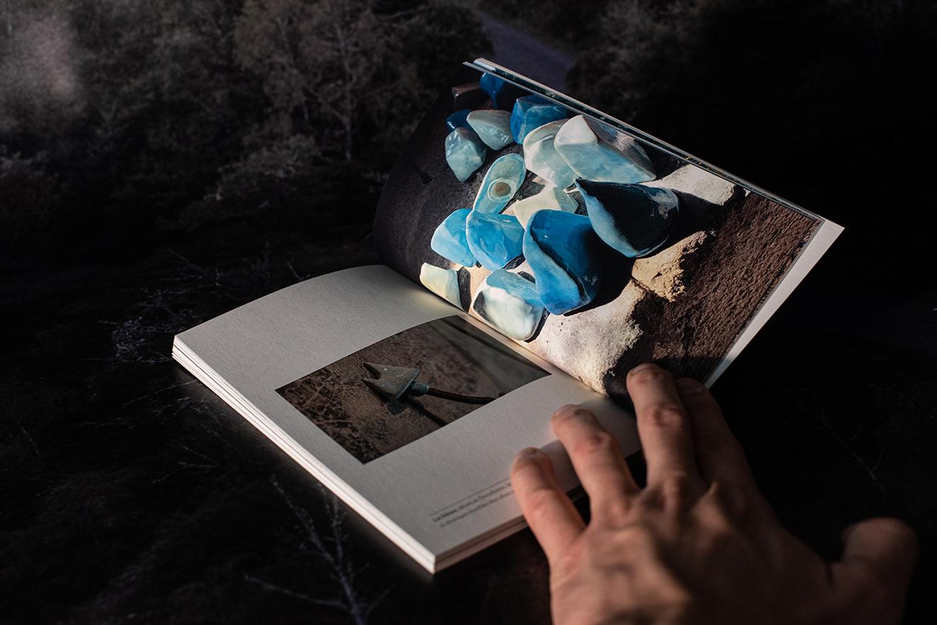 Extrait du catalogue Réunir une expédition - Les bâtons, 2019, détails de l'installation, bâtons de bois et céramiques émaillées bleu céleste et bleu glacier